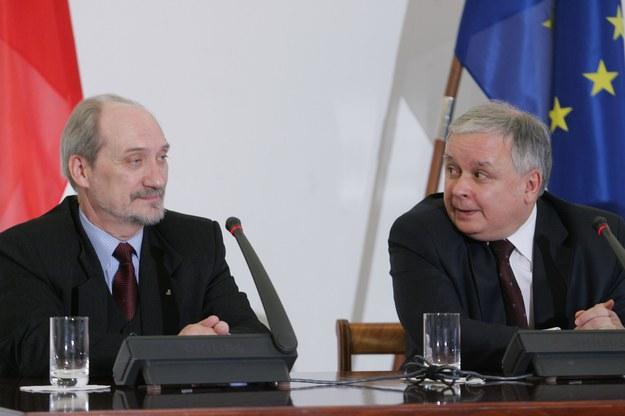 Antoni Macierewicz i Lech Kaczyński podczas konferencji prasowej w sprawie publikacji raportu z weryfikacji WSI /Witold Rozbicki /Reporter