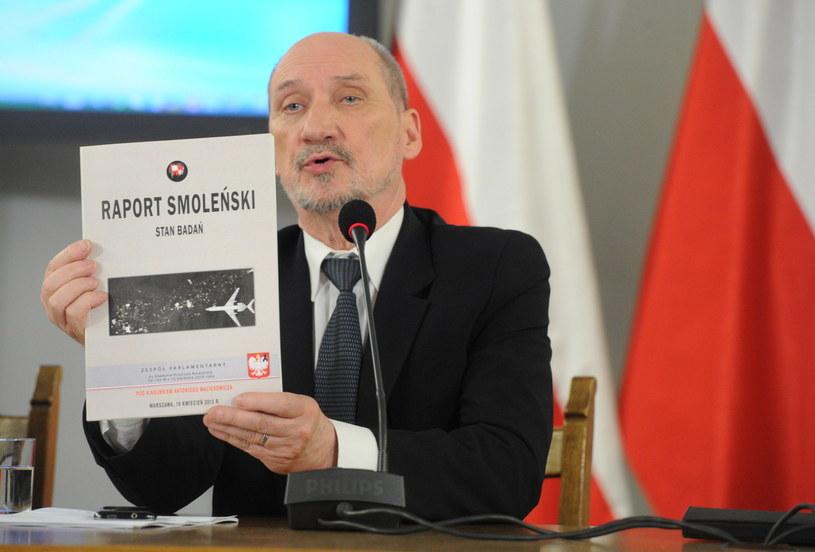 Antoni Macierewicz podczas posiedzenia zespołu ds. zbadania przyczyn katastrofy Tu-154M /Grzegorz Jakubowski /PAP