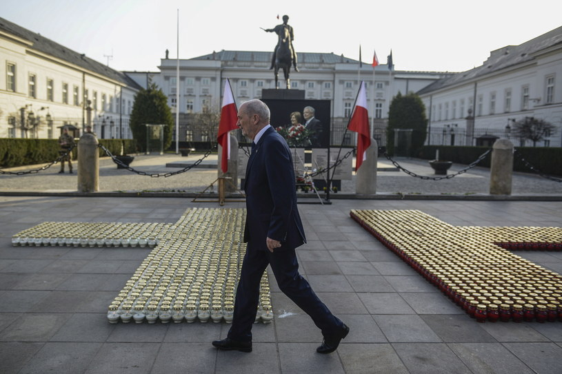 Antoni Macierewicz podczas uroczystości przed Pałacem Prezydenckim w Warszawie w 8. rocznicę katastrofy smoleńskiej /Jakub Kamiński   /PAP