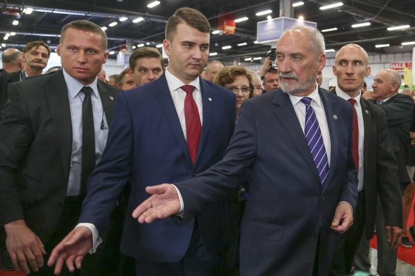 Antoni Macierewicz w towarzystwie Bartłomieja Misiewicza /Mariusz Grzelak /East News