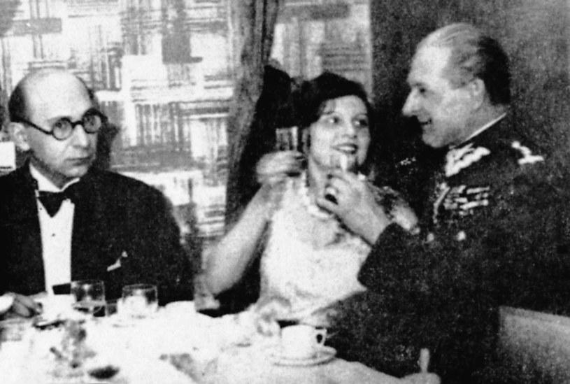 """Antoni Słonimski, Zofia Pogorzelska i Bolesław Wieniawa-Długoszowski w restauracji """"Oaza"""" /Danuta Lomaczewska /East News"""