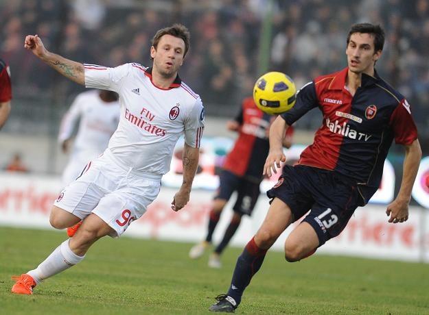 Antonio Cassano (biały strój) w debiucie w Milanie zanotował asystę /AFP