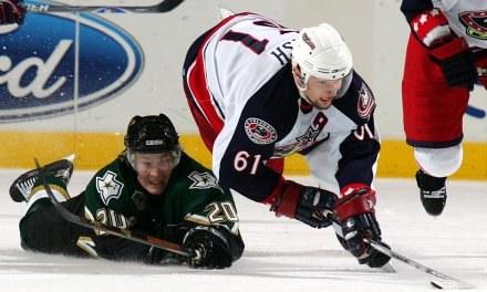 Antti Miettinen próbuje powstrzymać Ricka Nasha /AFP