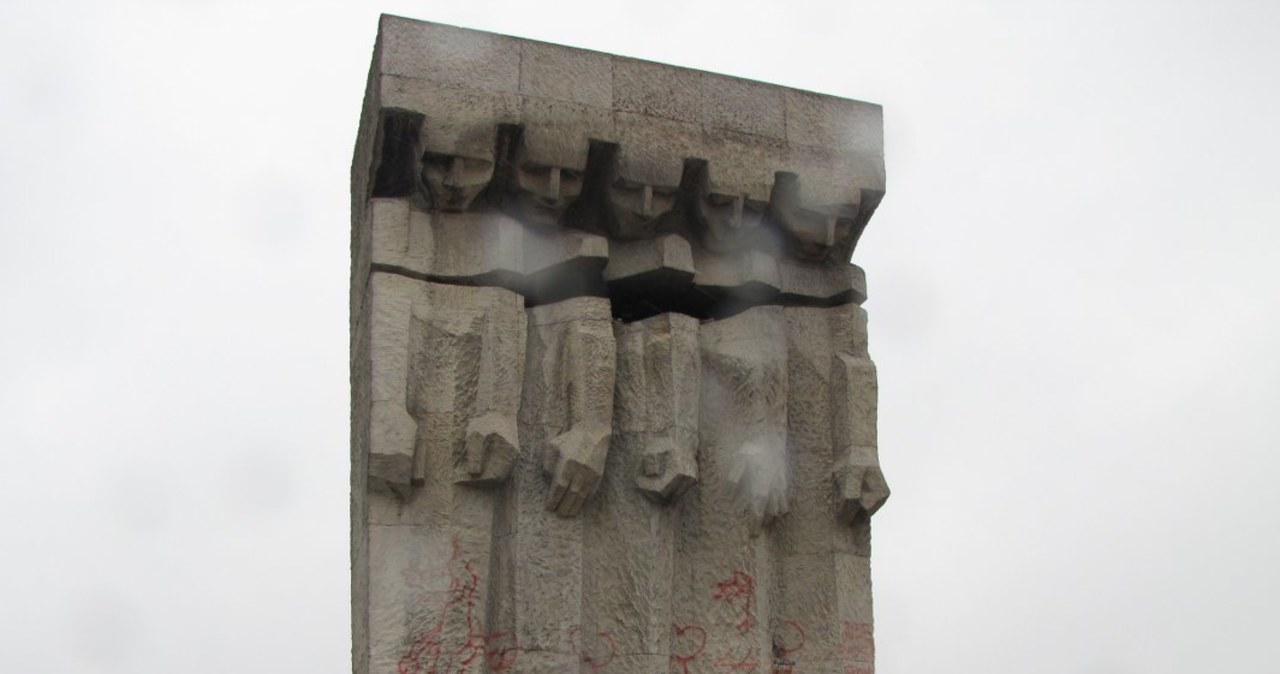 Antysemickie hasła na pomniku Ofiar Holocaustu w Krakowie
