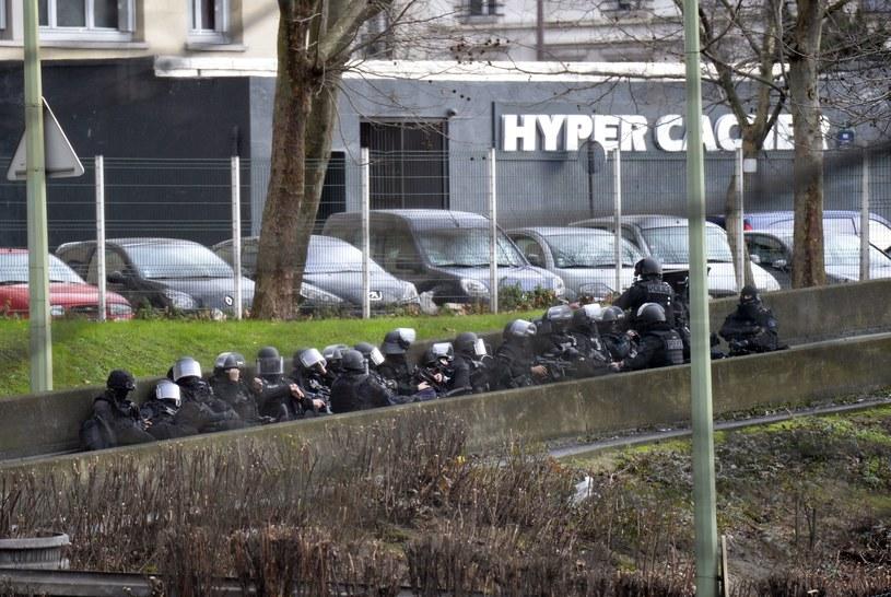 Antyterroryści w pobliżu koszernego sklepu w Paryżu /AFP