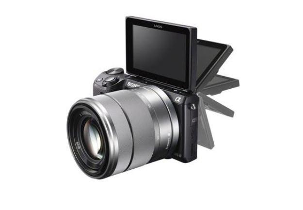 Aparat wyposażono w odchylany ekran LCD /materiały prasowe