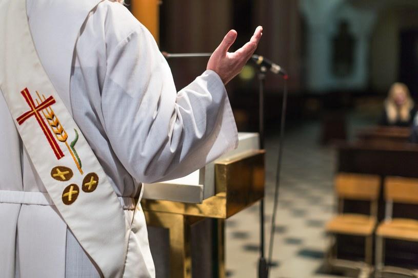 Apele płynące z ambony mają przypomnieć parafianom o obowiązku zgłaszanie dzieci do ubezpieczenia /123RF/PICSEL