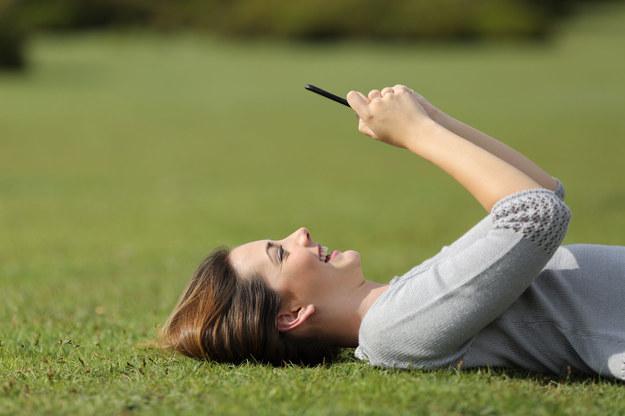 Aplikacje mobilne pomagają znaleźć pracę /123RF/PICSEL