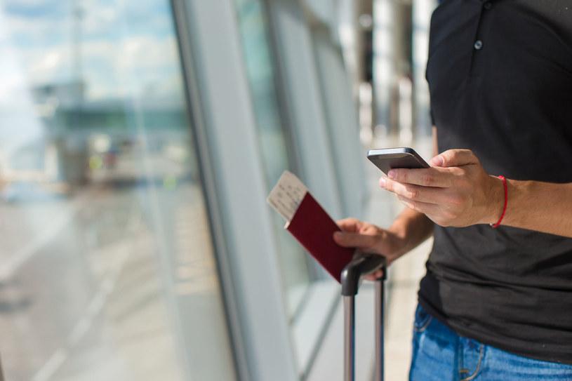 Aplikacje zainstalowane na smartfonie lub tablecie potrafią być bardzo przydatne podczas podróży /©123RF/PICSEL