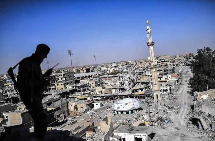 Ar-Rakka stała się symbolem największych okropności tak zwanego Państwa Islamskiego /BULENT KILIC /AFP