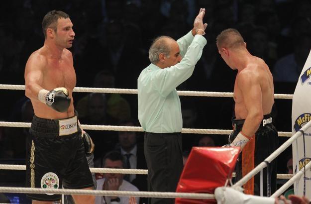 Arbiter przerywa walkę Witalija Kliczki (z lewej) z Tomaszem Adamkiem. Fot. Bartłomiej Zborowski /PAP