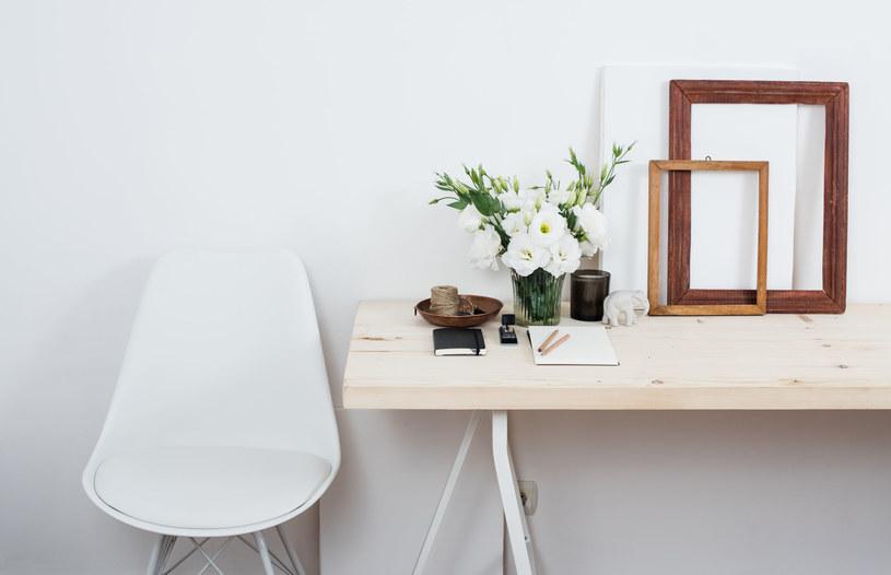 Architekt domową przestrzeń poświęconą do pracy proponuje udekorować roślinami /©123RF/PICSEL