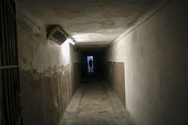 Areszt Śledczy na Mokotowie. Korytarz, którym prowadzono więźniów na tortury lub śmierć /Ewa Olow /Reporter