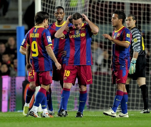 Argentyński obrońca FC Barcelona Gabriel Milito (w środku) /AFP