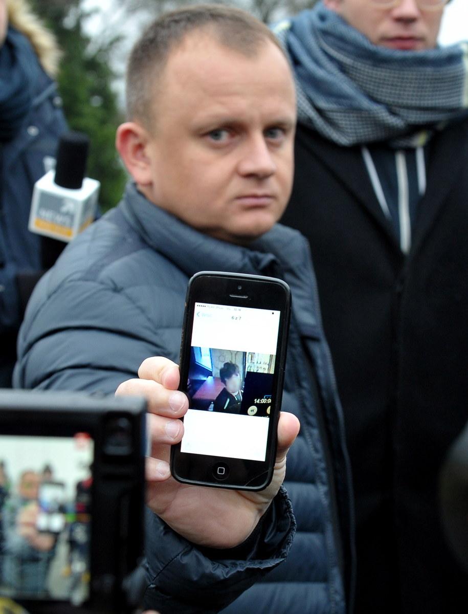 Ariel Żurawski pokazuje pochodzące z monitoringu zdjęcie kierowcy ciężarówki, zrobione wczoraj o godzinie 14.00 w lokalu gastronomicznym w Berlinie /Marcin Bielecki /PAP