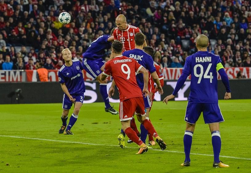 Arjen Robben i Robert Lewandowski w otoczeniu piłkarzy Anderlechtu /AFP
