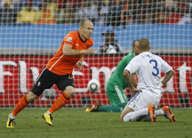 Arjen Robben w 18. minucie pokonał Jana Muchę /AFP