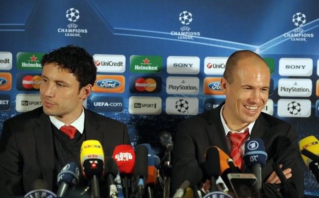 Arjen Robben (z prawej) i Mark Van Bommel na konferencji przed meczem z Man Utd /AFP