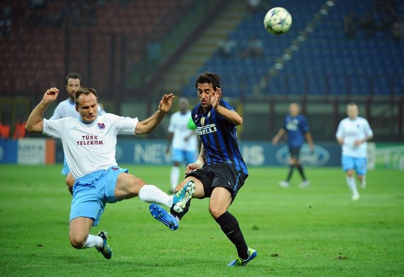 Arkadiusz Głowacki w walce z Diego Milito w meczu Interu z Trabzonsporem. /AFP