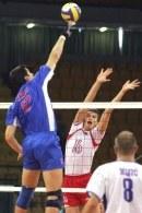 Arkadiusz Gołaś (blokuje) zdobył cztery punkty podczas weekendu gwiazd włoskiej siatkówki /AFP