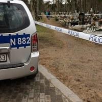 Arsenał broni ukryty w grobie. Saperzy w akcji na cmentarzu w Siedlcach