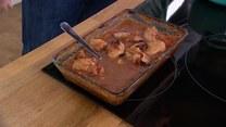 Artur Moroz i jego przepis na pieczonego królika w pomidorach z Sercami Toruńskimi
