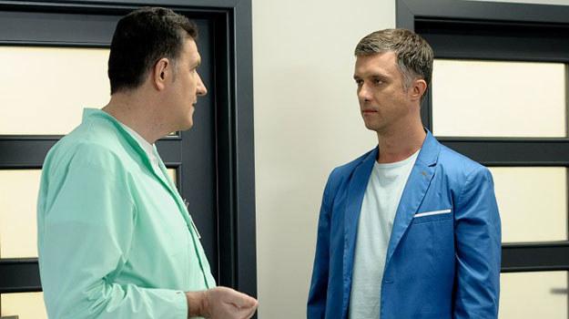 Artur, świadomy, że jego dni są policzone ignoruje słowa lekarza. /Bogdan Bogielczyk /ATM