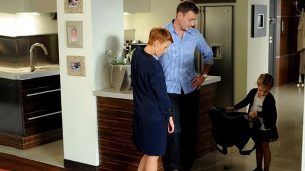 Artur zapewnia Martę, że pieniądze pochodzą z legalnego źródła, ale Walawskiej trudno w to uwierzyć. /www.barwyszczescia.tvp.pl/