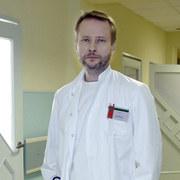 Artur Żmijewski (dr Kuba Burski)