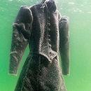 Artystka na dwa miesiące zanurzyła sukienkę w Morzu Martwym