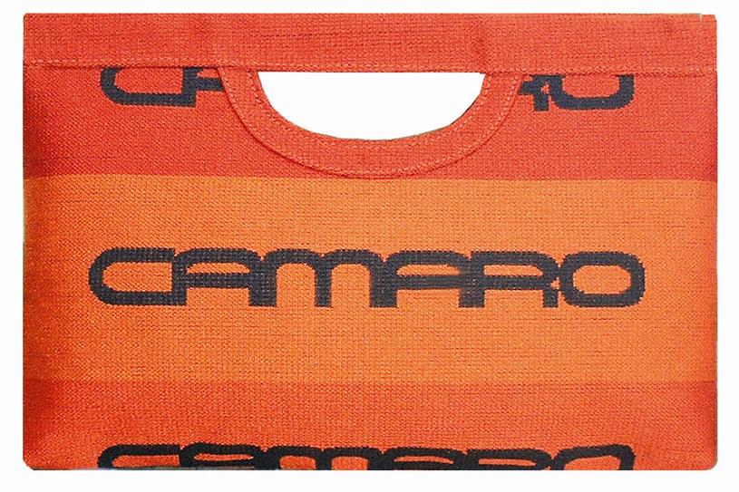 Artystyczny recykling: z mody samochodowej - torebkowa /materiały prasowe