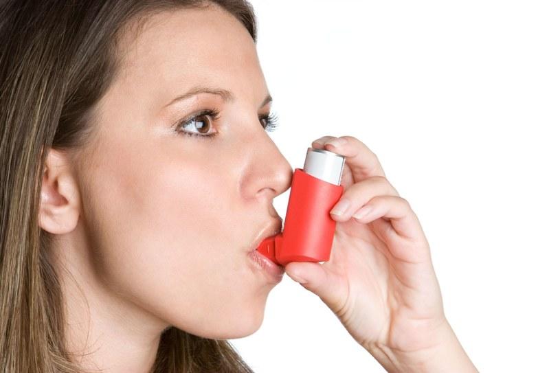 Astma jest chorobą na całe życie /123RF/PICSEL