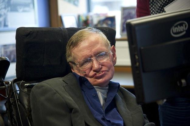 """Astrofizyk Stephen Hawking przedstawił swój sposób na """"życie wieczne"""" /AFP"""