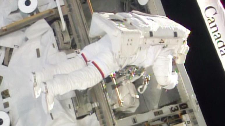 Astronauci podczas naprawy ISS. /NASA