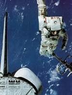 Astronauta Bruce McCandless Jr., pracujący na zewnątrz promu kosmicznego w trakcie misji 41-B /Encyklopedia Internautica
