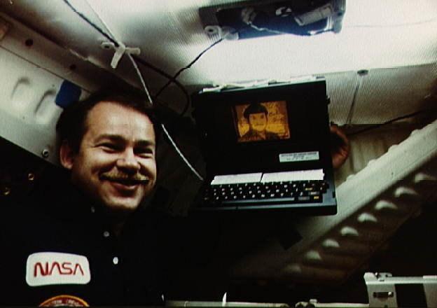 Astronauta John Creighton z komputerem GRiD Compass na pokładzie promu Discovery w 1984 roku /materiały prasowe