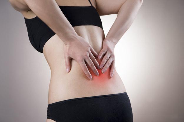 Atak korzonków objawia się silnym bólem w okolicy kręgosłupa lędźwiowego /123/RF PICSEL
