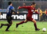 Atalanta - Roma 0:2. Totti (z prawej) ucieka przed Zaurim