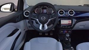 Atrakcyjna deska ma drobne braki w ergonomii,  m.in. nisko umieszczony ekran i pokrętła wentylacji. /Motor