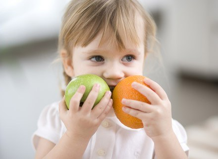 Atrakcyjnie podane owoce dzieciom, silnie wpływa na konsumpcję /ThetaXstock