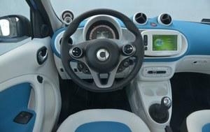Atrakcyjny, biało-niebieski kokpit to wyróżnik testowanej odmiany Proxy. Umieszczone na lewo od kierownicy obrotomierz wraz z zegarem w każdej wersji Smarta wymagają dodatkowej opłaty 600 zł. /Motor