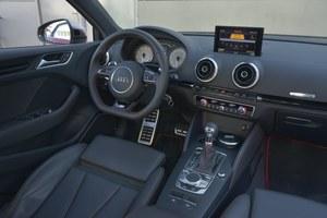 Audi S3 Limousine: wyśmienita jakość wykonania i zastosowanych materiałów. Przełączniki i przyciski działają bardzo precyzyjnie. Uwagę zwraca minimalistyczna konsola środkowa jedynie z panelem klimatyzacji. /Motor