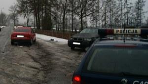 Audi wjechało w zaparkowany samochód. Jedna osoba została ranna
