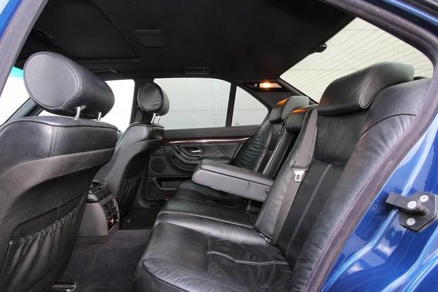 Auto jest szerokie, ale jeśli z tyłu mają usiąść trzy osoby, będzie im niewygodnie. Przeszkadzają tunel i wyprofilowanie kanapy. /Motor