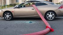 Auto przy hydrancie. Strażacy wybili okna, by przeciągnąć węża