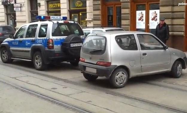 Auto stoczyło się na jezdnię, blokując tory tramwajowe /poboczem.pl