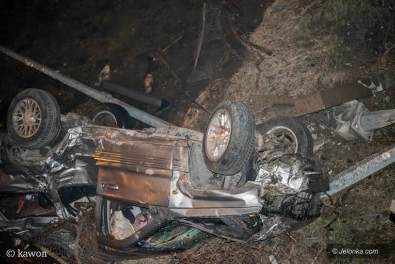 Auto zjechało na chodnik i uderzyło w dwie nastolatki idące chodnikiem /www.jelonka.com /