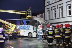 Autobus, który wbił się w budynek jest już wyciągnięty