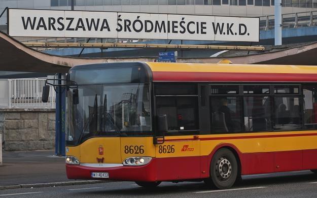 Autobus przy stacji WKD Warszawa Śródmieście/fot. Rafał Guz /PAP