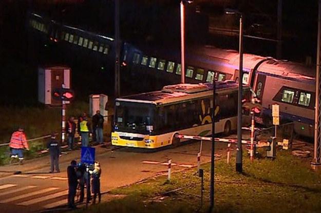 Autobus wjechał między zapory. Zamiast je wyłamać - czekał. Uderzyło go pędzące Pendolino /